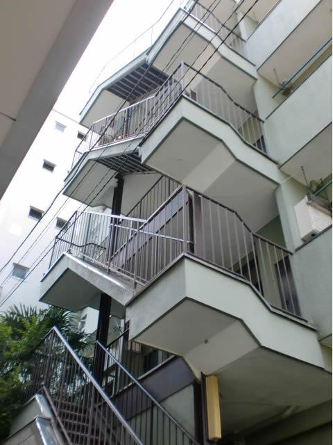 マンションの鉄骨階段
