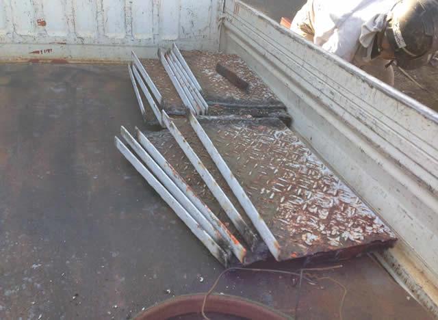 撤去された既存の鉄骨段板