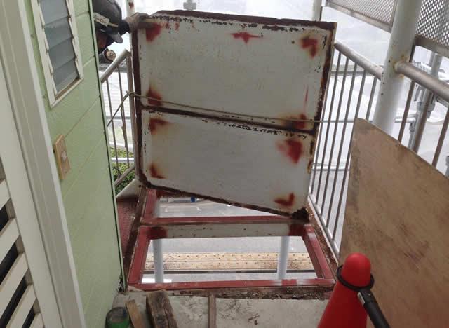 撤去された鉄骨階段の踊り場鉄板
