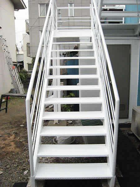 補修された鉄骨階段