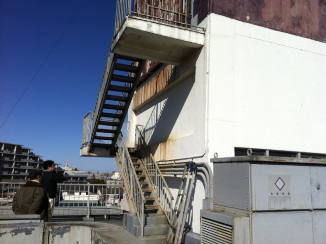 屋上の鉄骨階段