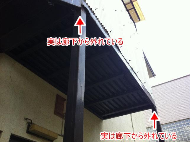 鉄骨廊下と柱が外れている