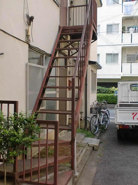 ボロボロの鉄骨階段