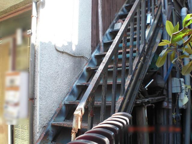 腐食したアパート鉄骨階段