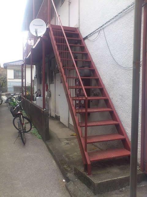 アパートの外部鉄骨階段