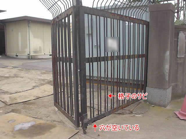 工場の大きな門扉