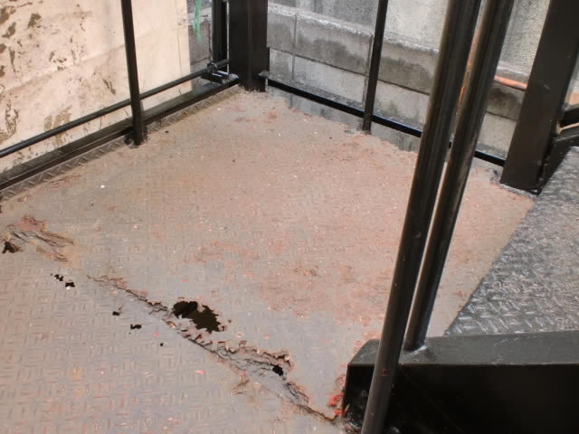 腐食した踊り場の鉄板