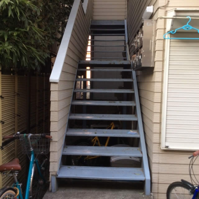 アパートの老朽化した鉄階段