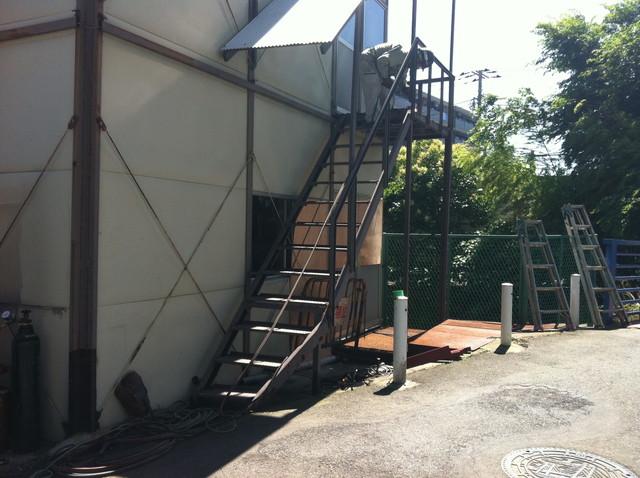 錆びの進んだ鉄骨階段