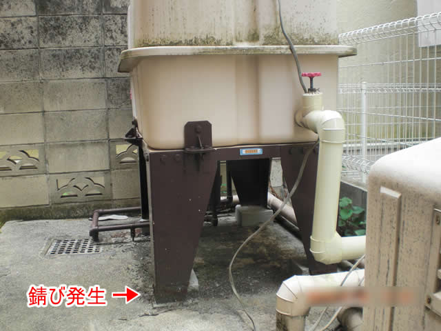 貯水タンクの鉄骨階段の錆び