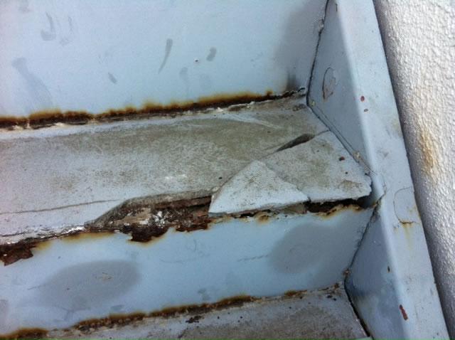 鉄骨階段のステップのモルタル割れ