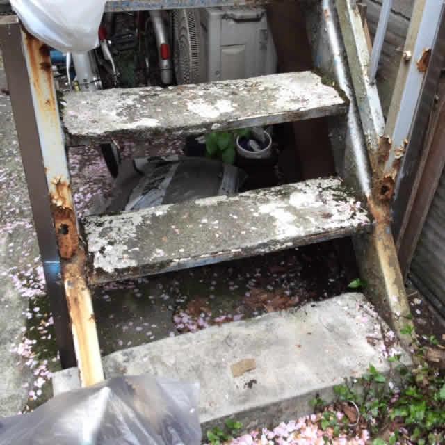 アパート外階段の段板のサビ写真