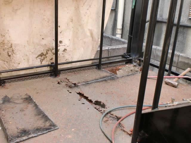 腐食した踊り場鉄板を撤去する