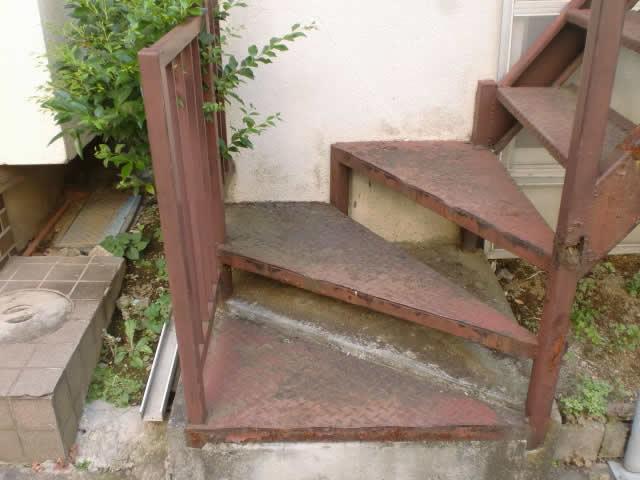 さびた鉄骨階段