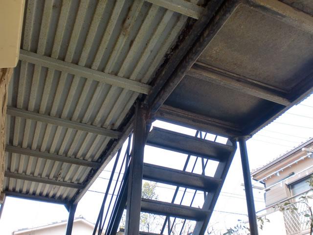 鉄骨廊下と階段の接合部
