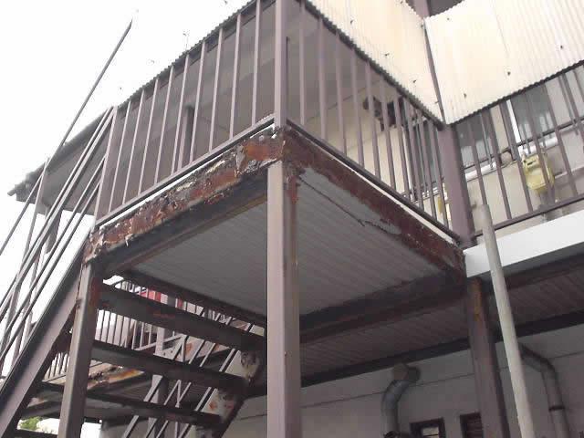 アパートの腐食した鉄骨階段