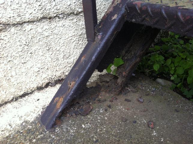 階段のササラ桁のさび穴