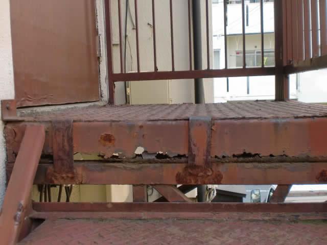 鉄骨階段の踊り場サビ