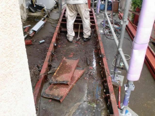 サビ腐食した鉄骨階段の解体