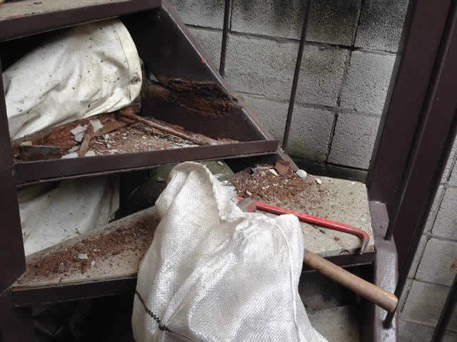 鉄階段のモルタル部を解体