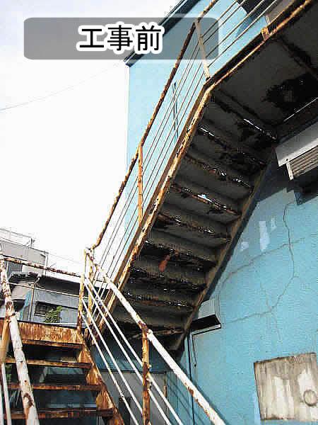 建物裏の鉄骨階段のサビ