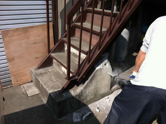 階段の基礎部の解体