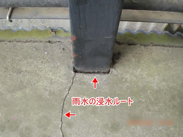 廊下床上のヒビが雨水ルート