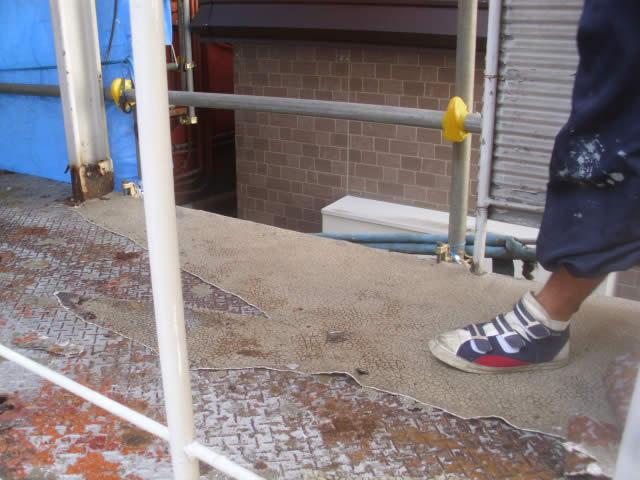 鉄骨廊下はタキストロン、階段は交換してサビ補修