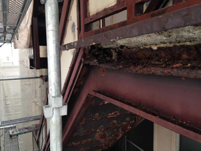 腐食した外部階段の鉄骨