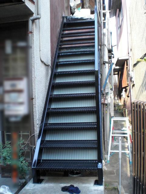 アパートの鉄骨階段を取り替える