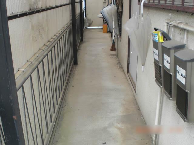 補修工事前の鉄骨廊下