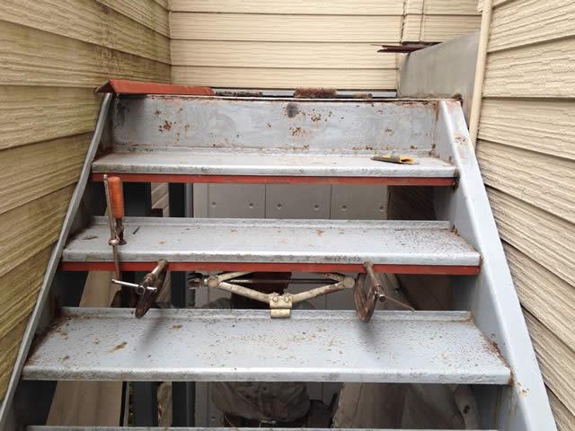 補強パーツを使って鉄骨階段を補修する