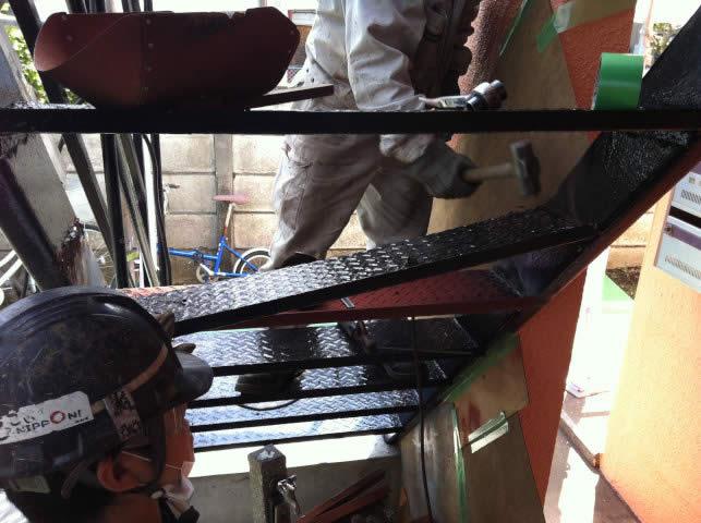 鉄骨階段の腐食した段板を補修する