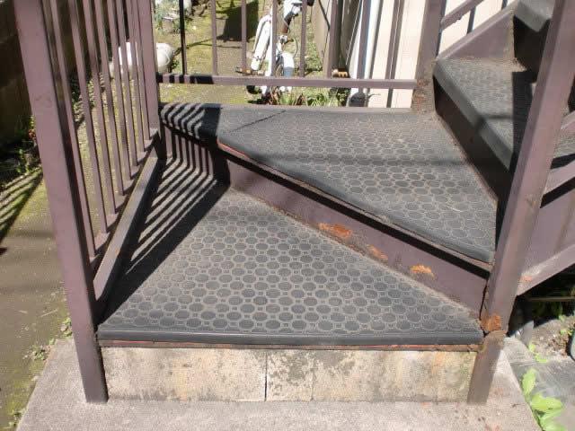 鉄骨階段で使用されているゴムマットの劣化