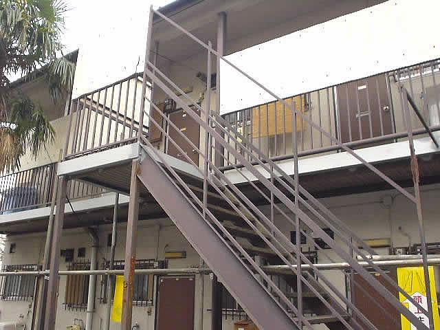 ボンデ鋼板を使った鉄骨廊下の補強工事例
