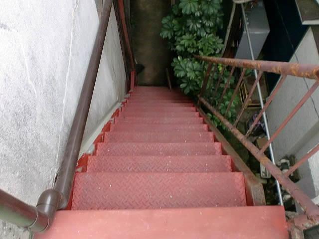 鉄骨階段を上から見下ろす