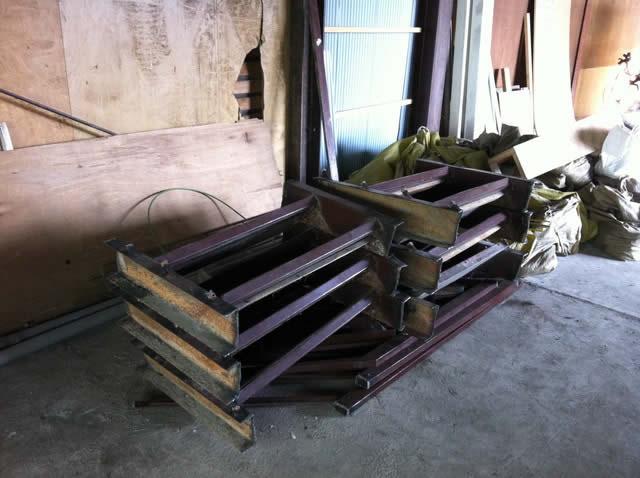 解体された鉄骨階段の一部
