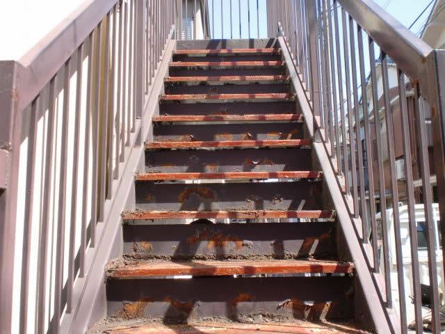 ボロボロに錆びてしまった鉄骨階段