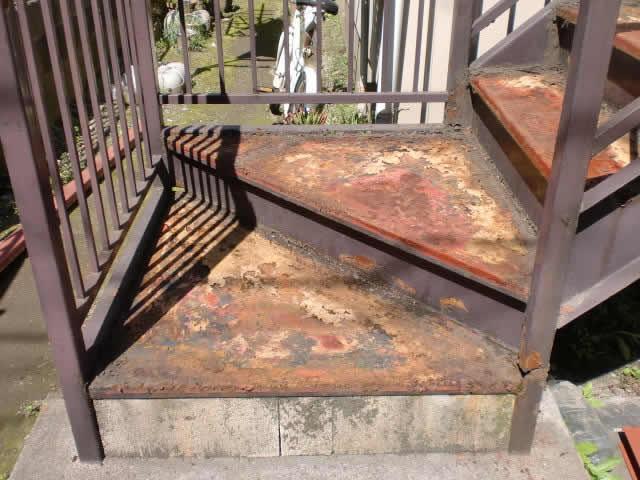 サビた鉄骨階段