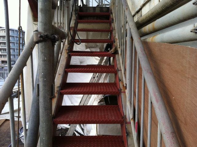 補修された屋上階段