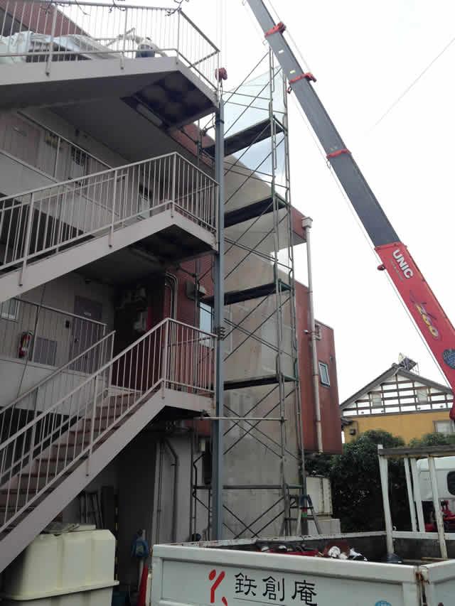 重機(クレーン)を使って補強柱を建てる