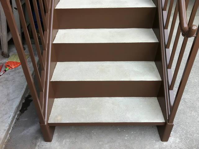 リニューアルされた鉄骨階段