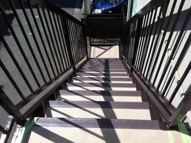 鉄骨階段のタキステップで雨水ブロック