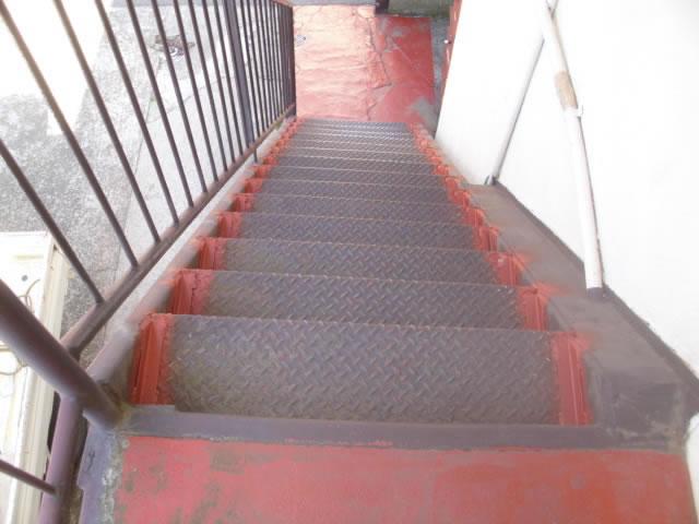 鉄骨階段のアングルピース補強工事
