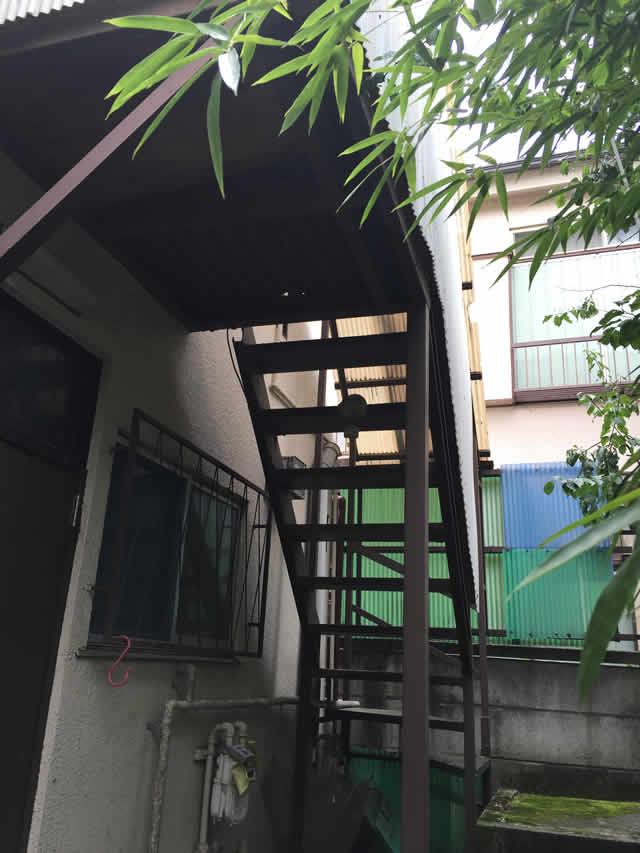 アパートの鉄骨階段
