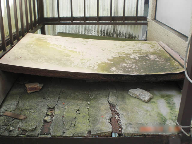 鉄骨踊り場のモルタル老朽化