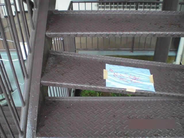 外部階段の段板が片方外れている