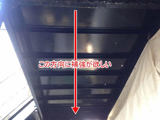 鉄骨廊下を下から見上げる