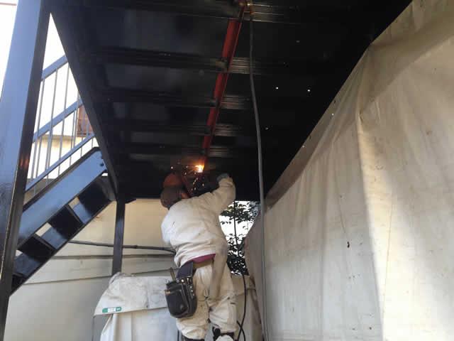 廊下鉄骨の補強溶接作業