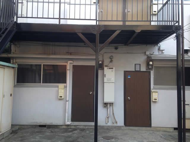補強されたアパート鉄骨廊下